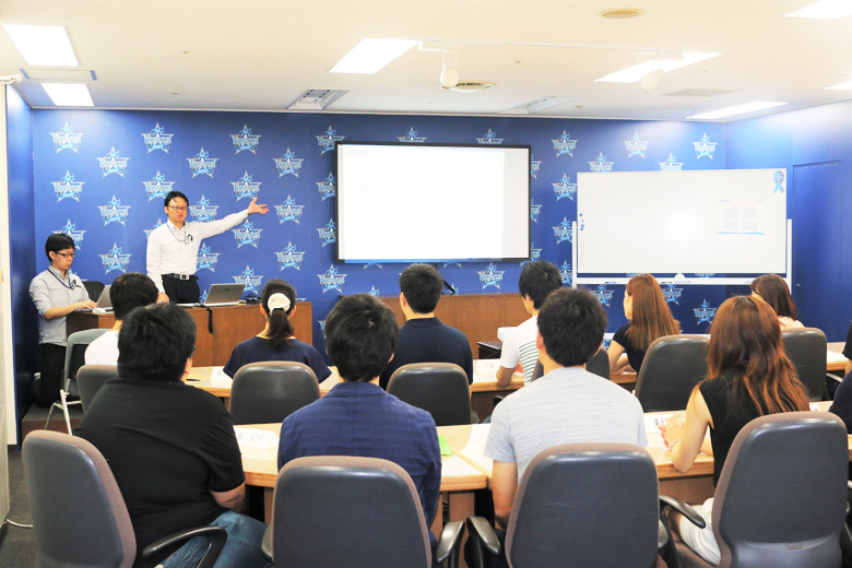 Special lectures held by top-level business professionals or lectures in English